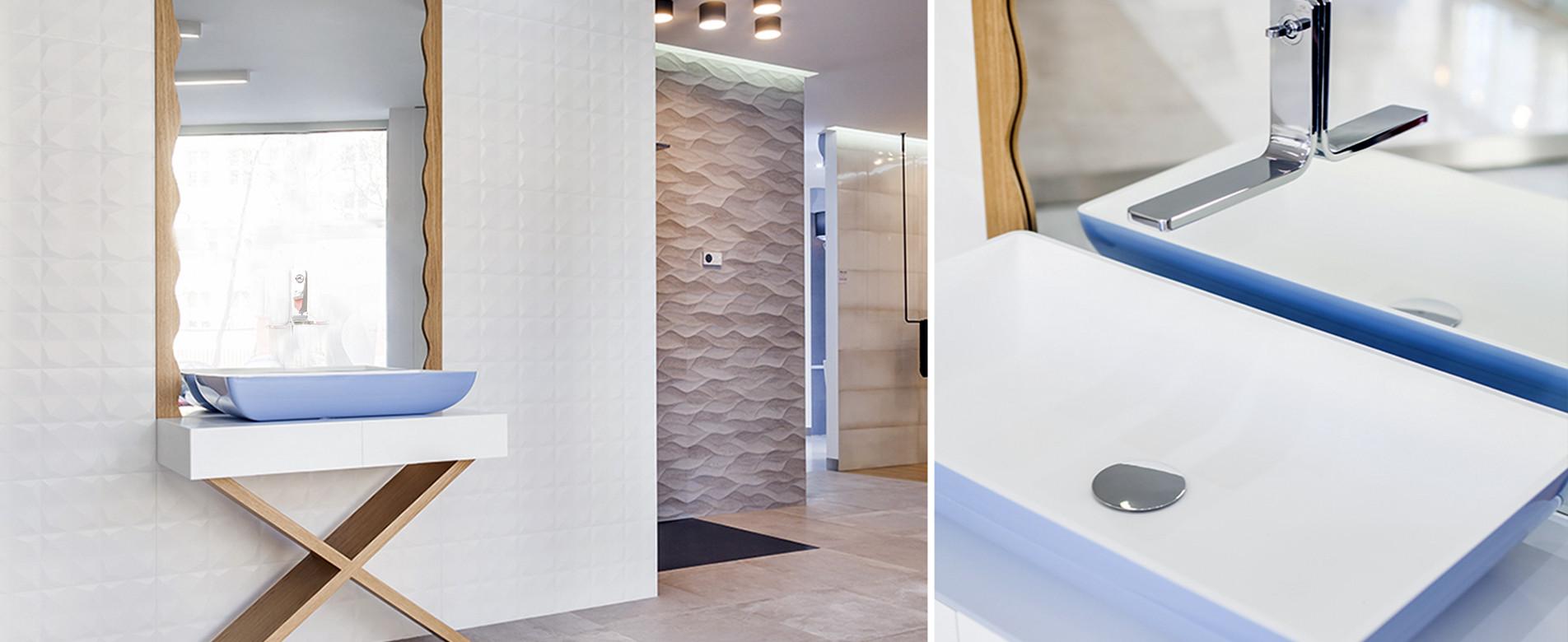 łazienka z niebieskim akcentem